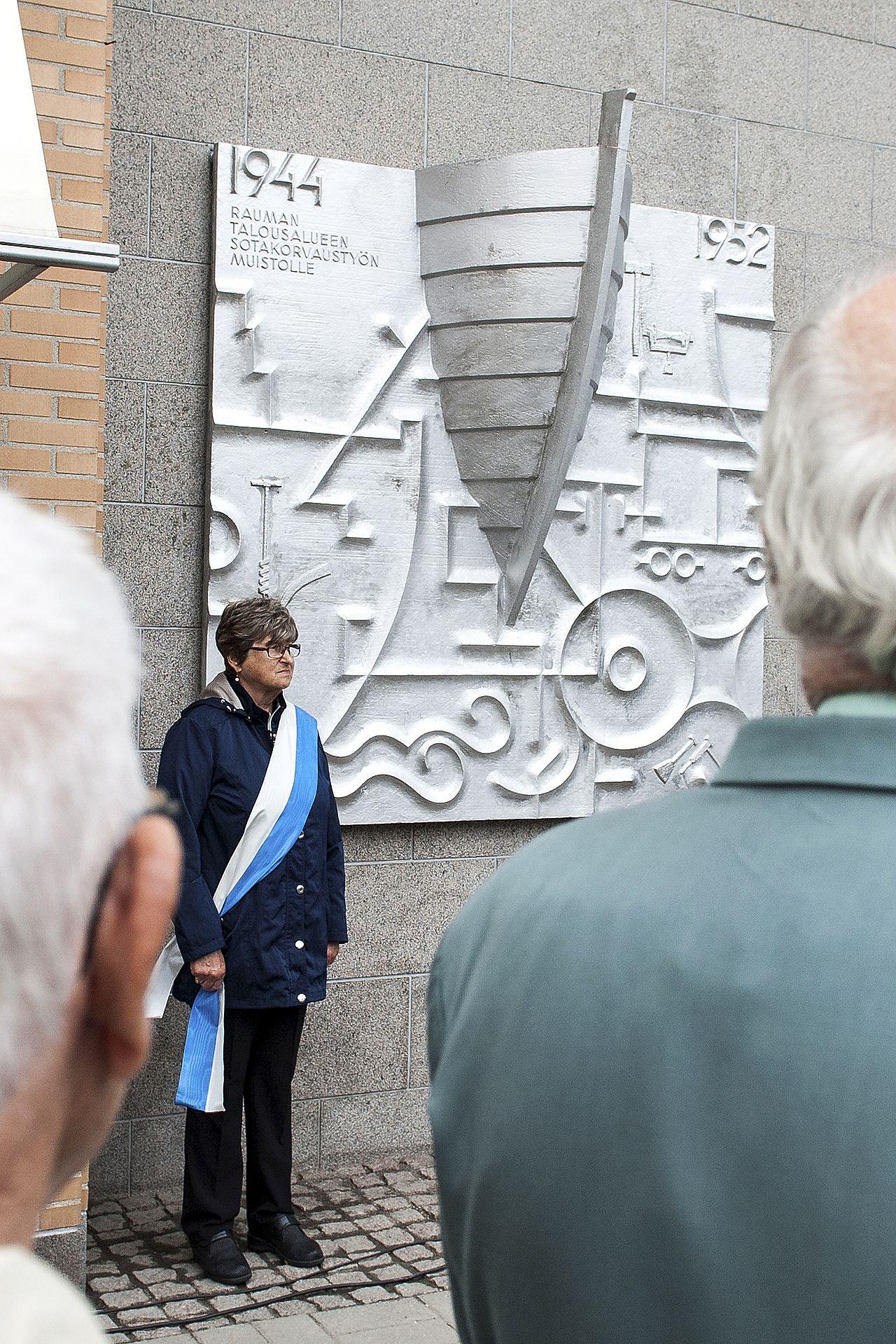 Sotakorvaustyön muistomerkki paljastettiin kaupungintalolla elokuussa.