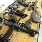 Asevalikoimaan kuuluu erilaisia pistooleja ja kiväärejä. Käytössä on myös pommeja, miinoja ja pankkivantipantoja. Kuva: Maija Männistö