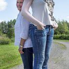 Eurajokilainen Heidi Kiikola osallistui pitkien naisten hyväntekeväisyyskalenterin kuvauksiin.  Tässä kuvassa hän (190 cm) poseeraa hädin tuskin 160-senttisen toimittaja Elina Helkelän kanssa. Kuva: Esa Urhonen