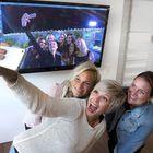 Raumalla asuvat lätkävaimot Sara Riska (vas.), Mia Koivisto ja Tziganey Gagnon poseeraavat tosi-TV:n Lätkävaimot-sarjan malliin. Kuva: Pekka Lehmuskallio