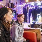 Raumalainen oli mukana, kun Kickin´n 5 -bändin musavideota taltioitiin kulttuurikuppila Brummissa. Paikalle olivat saapuneet myös Lotta Siivonen ja Essi Salminen. Kuva: Pekka Lehmuskallio