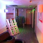Lasersotaa pelataan musiikin soidessa ja valojen välkkyessä. Kuva: Maija Männistö