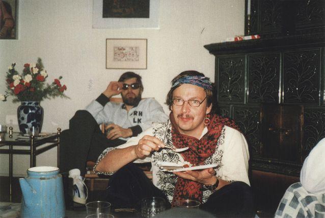 Ystävä ja kollega Marja Jänis juhli lisensiaatiksi valmistumistaan vuonna 1983 venäläisillä avantgardeillatsuilla. Pekka Pesonen on sonnustautunut 1900-luvun alun venäläiseksi anarkisti-avantgardistirunoilijaksi. Takana istuva kollega Arto Mustajoki on puolestaan pukeutunut urheilukomppanian verryttelyasuun.