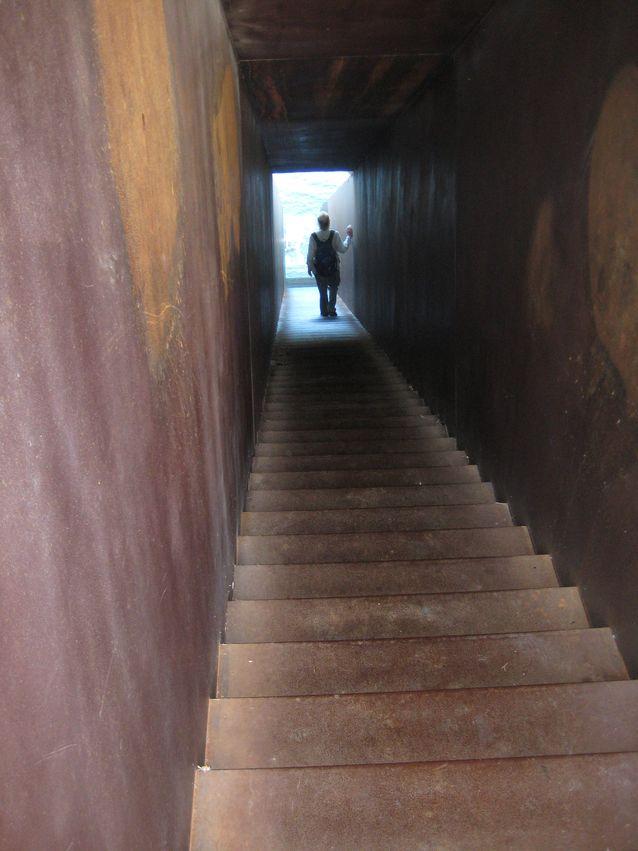 Walter Benjaminin muistomerkki. Kävelemässä kohti valistusta? Kuva: Maire Chesterman.
