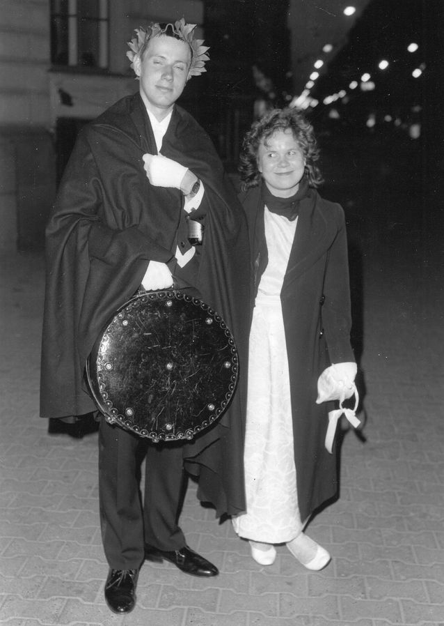 Promootiossa vuonna 1986 Mikko Lensun (silloinen poikaystävä ja nykyinen aviomies) seppeleensitojattarena.