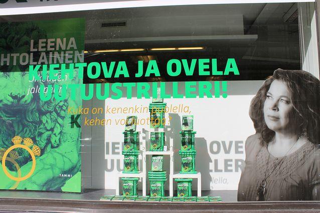 Akateemisen kirjakaupan ikkuna Helsingissä elokuussa 2011.  Kuva: Outi Mäkinen.