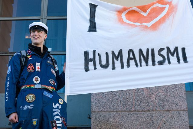 Studenterna vid Helsingfors universitets humanistiska fakultet ordnade år 2010 en demonstration på Senatstorget. Esa Tiusanen förklarade sin kärlek till humanism.