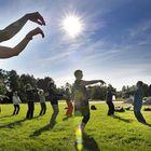 Taiji on liikkuva energiaharjoitus, jossa liike jatkuu koko ajan. Tässä kohtaa vanhan yang-tyylin taijin avoimessa harjoituksessa piti kuvitella, että kädet liikkuvat pallon ulkopinnalla, ohjeisti Anne Lamminpää. Kuva: Juha Sinisalo