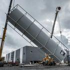 Tässä 38 tonnia painava sprinklervesisäiliö on nousemassa kahden nosturin voimin pystyyn. Säiliö on leveydeltään noin kuusi metriä, joten se tuotiin Nakkila Groupilta leveänä erikoiskuljetuksena. Kuva: Pekka Lehmuskallio