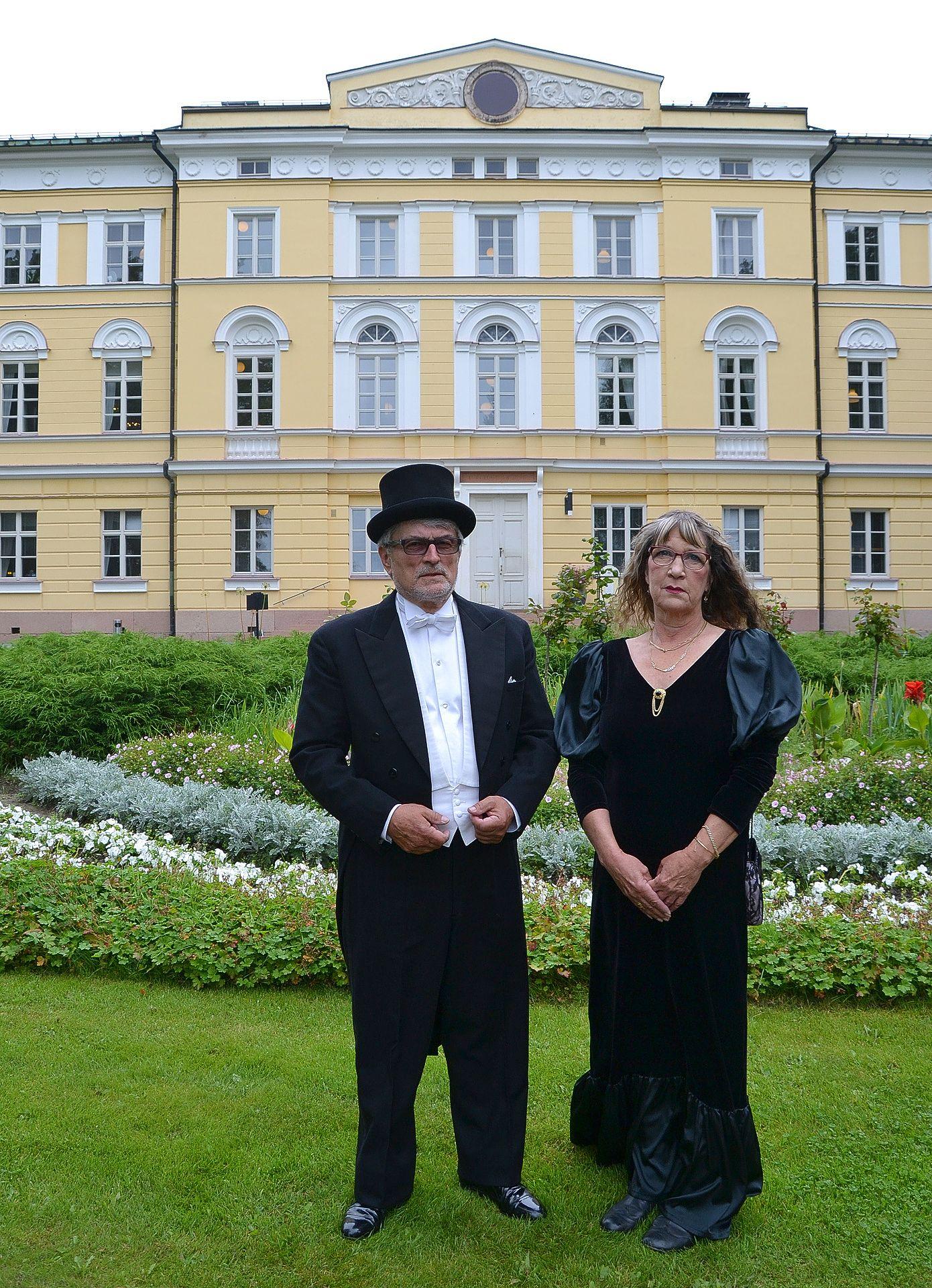 Kartanonrouva Pirjo Stenfors ja kartanonherra Matti Valtonen toivottavat perjantaina tervetulleeksi Kartanon Suviehtooseen. Seuraajat heille valitaan perinteisesti markkinoilla lauantaina.