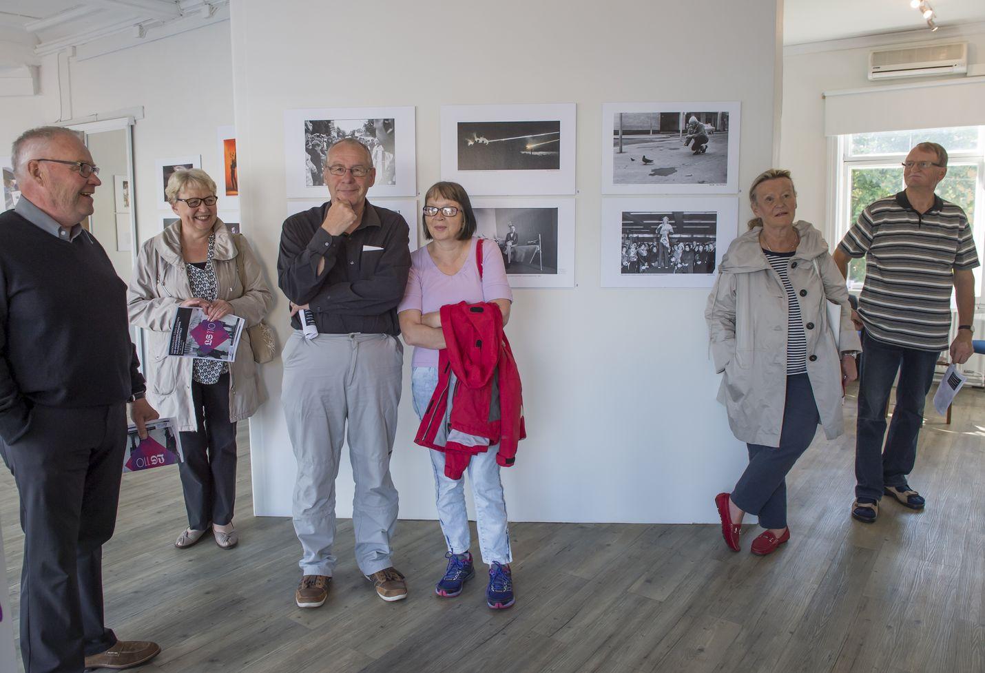Länsi-Suomen kuvasatoa vuosien varrelta esittelevä näyttely on kiinnostanut sankoin joukoin kaupunkilaisia. Lehden entinen kuvaaja Erkki Railio kertoi omista kuvistaan galleriassa syyskuussa.