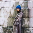 Tänä syksynä hattuintoilijalla on, mistä valita. KN Collectionin sähäkän sininen päähine on yhtä aikaa rento ja ajaton. Tupsut tuovat hattuihin leikkisyyttä. Kuva: Vuokko Salo