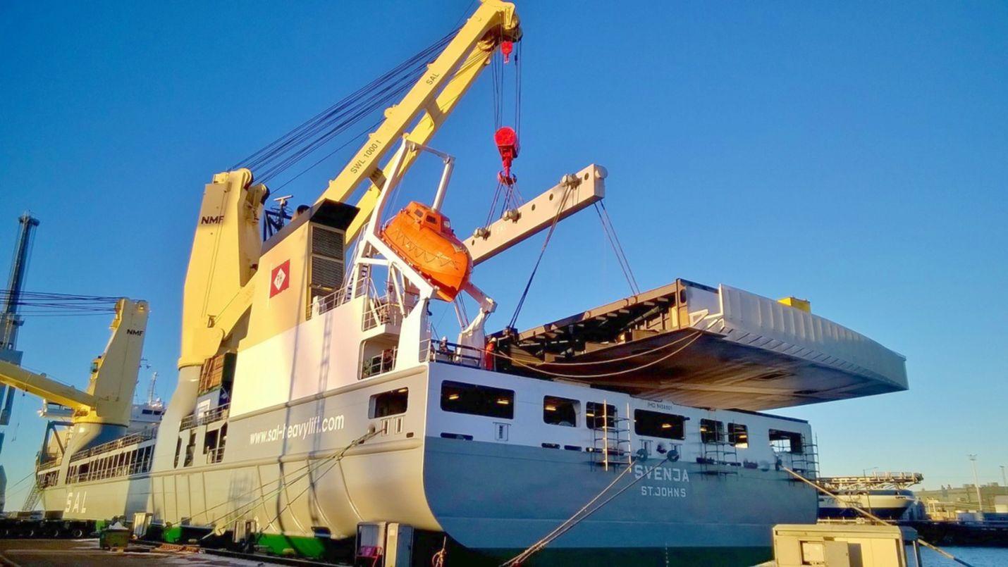 Raskasalus Svenja sai kannelleen sunnuntaina noin 420 tonnia painavan teräslohkon, joka matkaa Arabiemiraatteihin virkistyskeitaan pohjaksi.