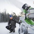 Pekka Tiira ei kyllästy hehkuttamaan lumitykkiä, jonka takaamaat olosuhteet ovat yksi syy raumalaisen juniorihiihdon nousuun. Kuva: Joonas Salo