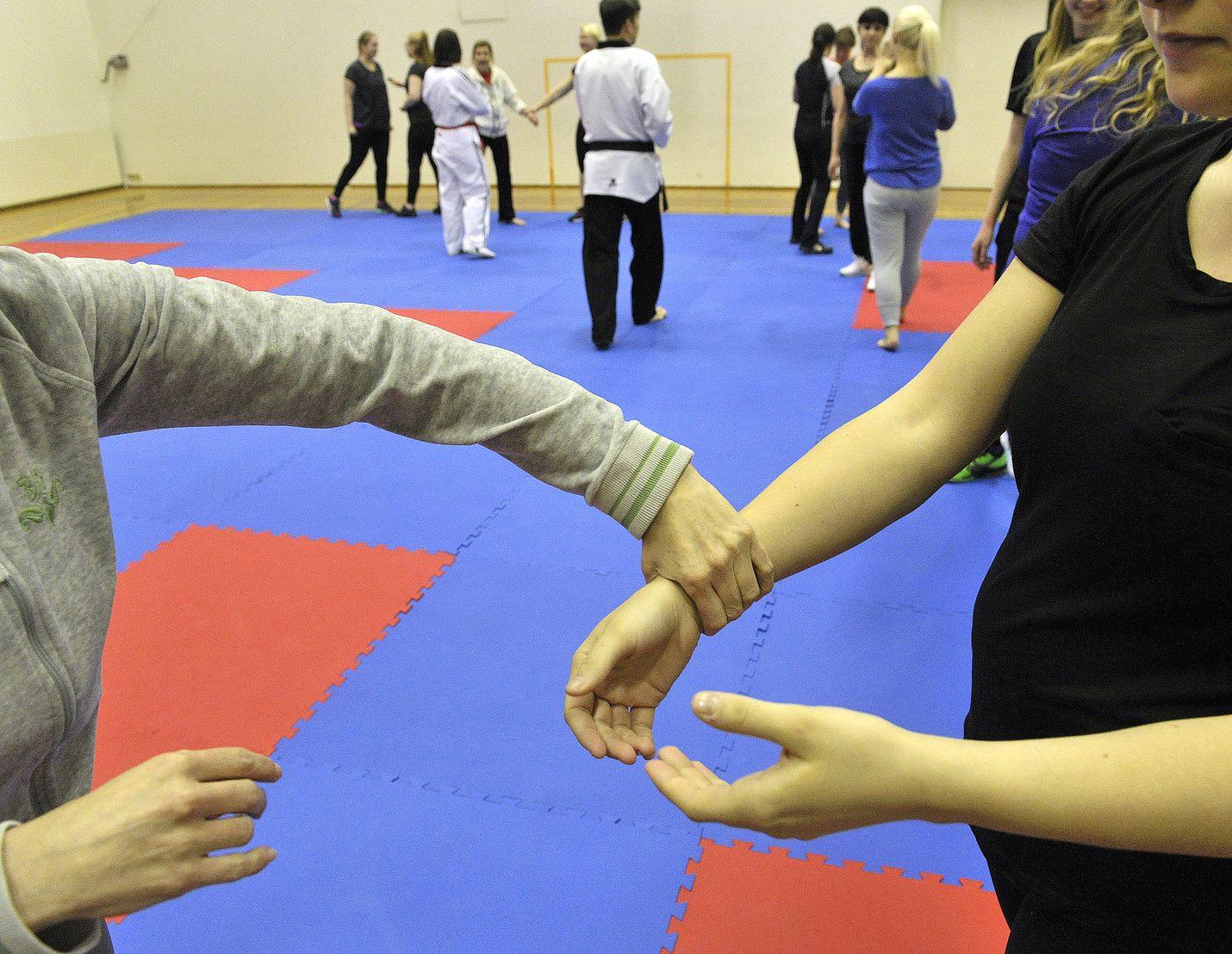 Rauman Taekwondon itsepuolustuskurssin ensimmäisellä tunnilla opetettiin muun muassa ahdistelijan otteesta irtautumista.