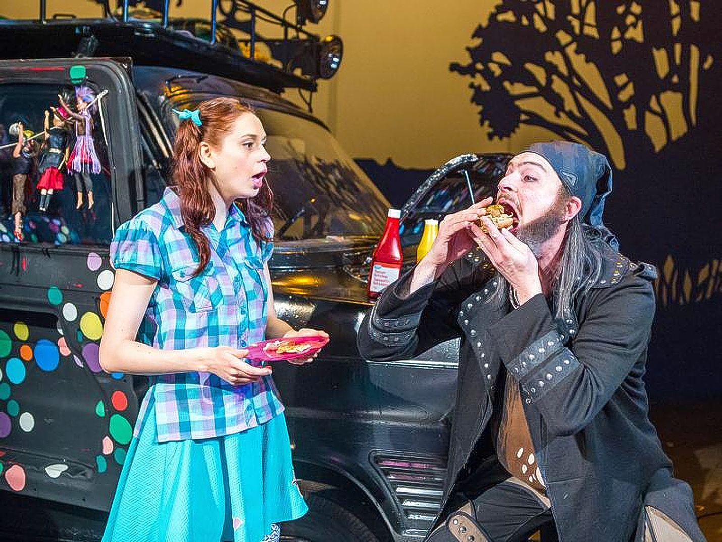 Porin Teatterin Me Rosvolat on toteutettu näyttävästi. Kaapattua Vilja-tyttöä esittää Mira Rastas ja rosvopäällikköä Teemu Niemelä.