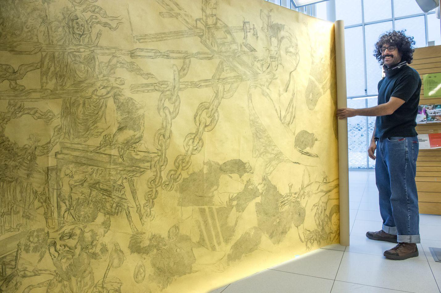 Kirjastossa on lauantaista lähtien esillä italialaista piirustustaidetta. RaumArs-taiteilijavieras Enrico Mazzonen isolla piirrosteoksella on mittaa kaksikymmentä metriä.
