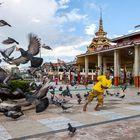 Myanmarissa paikalliset ihmiset suostuivat mielellään turistien kuvattaviksi. Sen sijaan Vietnamissa  ihmiset käänsivät päänsä yleensä pois, jos kamera näkyi jossain. Kuva: Jyrki Saarni