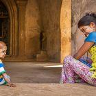 Äiti ja poika Dahmmayan Gyi Phayan temppelialueella. Molemmilla on perinteinen kasvomaalaus. Kuva: Jyrki Saarni