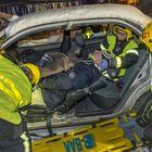 Rauman VPK harjoitteli viime viikolla tieliikenneonnettomuuden uhrin pelastamista henkilöautosta. Palokunta avasi auton kyljen hydraulisia pelastusvälineitä käyttäen ja auttoi sen jälkeen kuljettajan ulos ja rankalaudan päälle. Kuva: Esa Urhonen