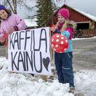 Myös lapset ovat innolla mukana ravintolapäivässä. Naapurissa asuva Mari Ranta (vasemmalla) ja Aava Valkonen auttavat muun muassa kattauksessa ja pizzatilausten välittämisessä. Kuva: Esa Urhonen