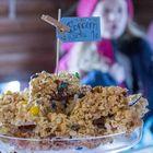 Edellisen ravintolapäivän teemana oli Amerikka, mikä jätti popcornkakun pysyvästi Kaffila Kainun valikoimaan. Kuva: Esa Urhonen