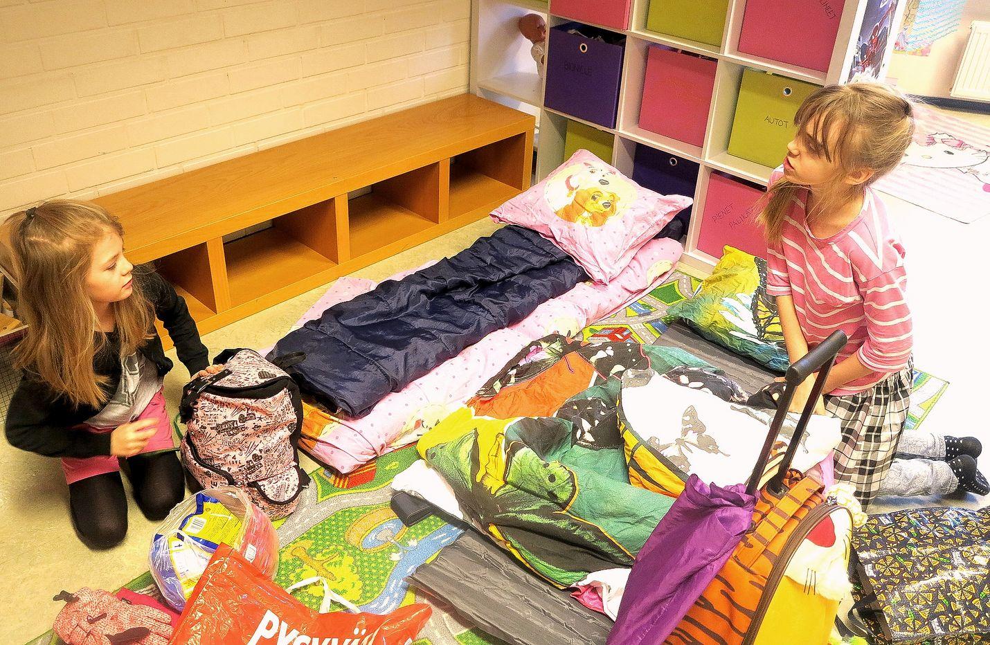 Nelli (10) ja Selma (11) olivat kaksi ensimmäistä, jotka saapuivat paikalle Kuovin nuorisotalolle järjestettyyn käsityöleiriin. Tytöt pääsivät ensimmäisinä varaamaan mieluisat nukkumapaikat leikkihuoneesta.