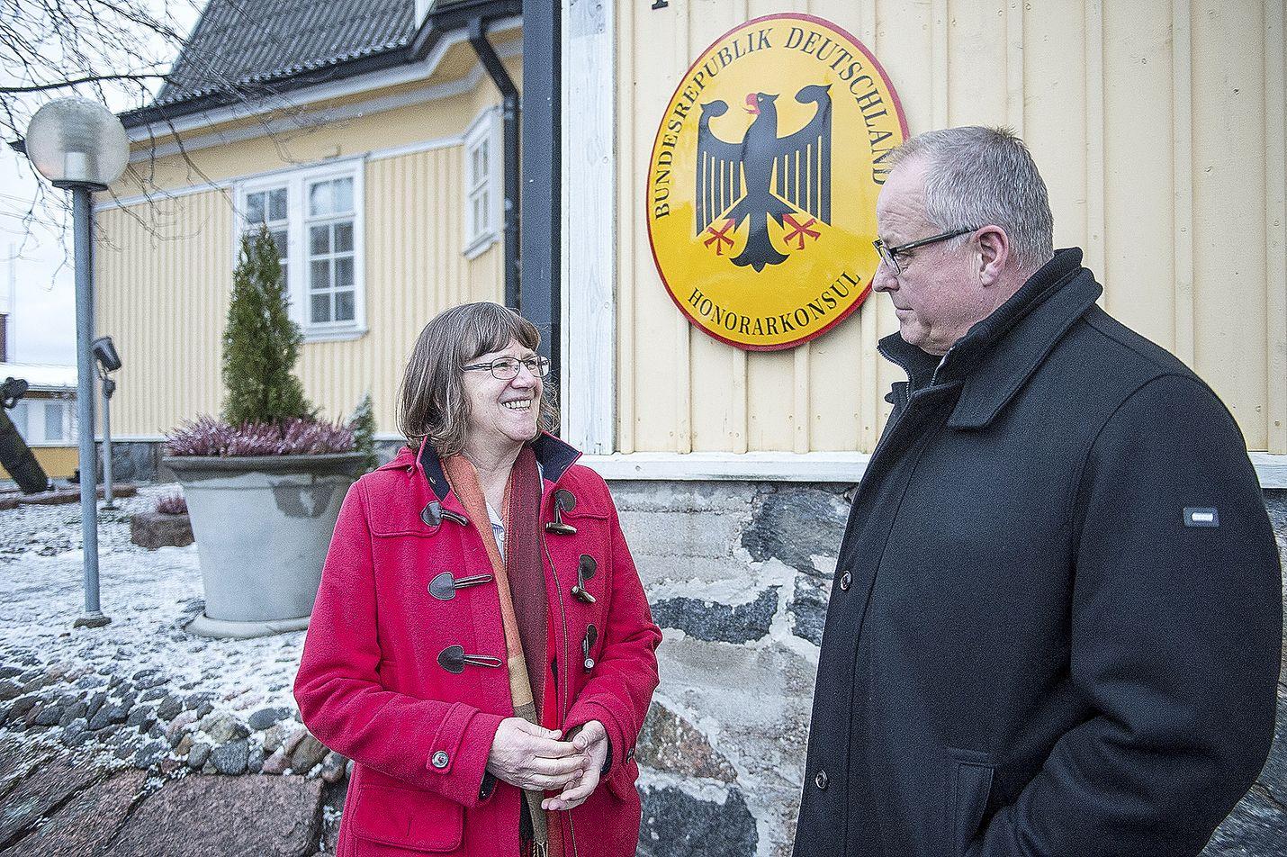 Saksan suurlähettiläs Dorothee Janetzke-Wenzel piipahti Raumalla maanantaina. Kunniakonsuli Hannu Asumalahden johdolla Janetzke-Wenzel pääsi tutustumaan esimerkiksi satamaan.