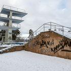 Maauimalan kylkeen on kuluvan talven aikana ilmestynyt vain lisää töhryjä. Samaan aikaan kuitenkin makiksen tulevaisuudesta luonnostellaan myös uusia ja uljaampia suunnitelmia. Kuva: Pekka Lehmuskallio