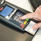 Nykyisin pienetkin ostokset maksetaan kortilla. Kuitteja kertyy paljon. Ne kannattaa säilyttää ja tarkistaa verkkotiliotteesta, että ostokset ovat kirjautuneet oikein. Kuva: Pekka Lehmuskallio