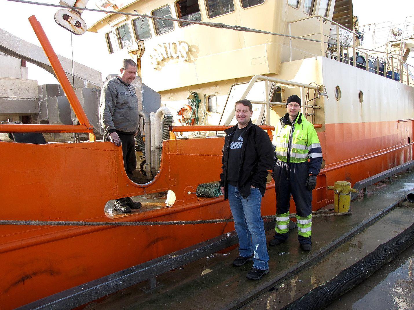 Seppo Tervamäki sekä Tommi ja Teemu Lindroth puivat hankalaa tilannetta keskiviikkona Uudenkaupungin satamassa, jossa Tervamäen troolari Santos oli laiturissa. Lindrothien Olympos ja Laguna vetivät samaan aikaan troolia lähellä Ruotsin rannikkoa.