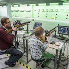 Mika ja Kasper Koivisto pystyvät nyt harjoittelussaan seuraamaan osumiaan näytöstä näppärästi kesken ammunnan. Kuva: Pekka Lehmuskallio