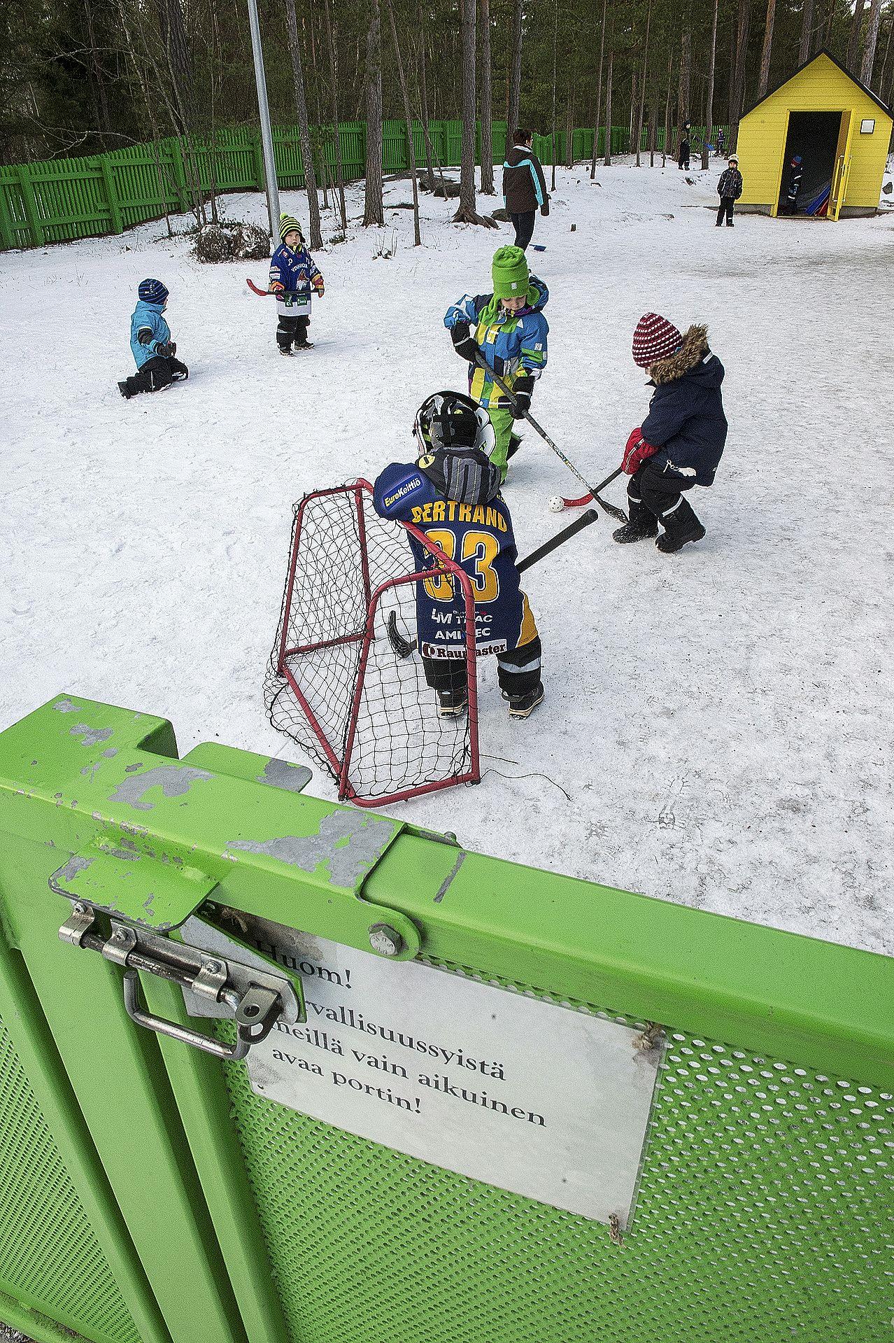 Kaksinkertaiset salvat ovat monelle aikuisellekin työläät avattavat Kaivopuiston päiväkodin portissa. Yhteisiin pelisääntöihin kuuluu, etteivät lapset avaa portteja edes aikuisen seurassa.