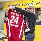 Korihaiden joukkueenjohtaja Tero Kutila esitteli Nicolai Andersenin juuri ottelun alla valmistunutta pelipaitaa. Kuva: Pekka Lehmuskallio
