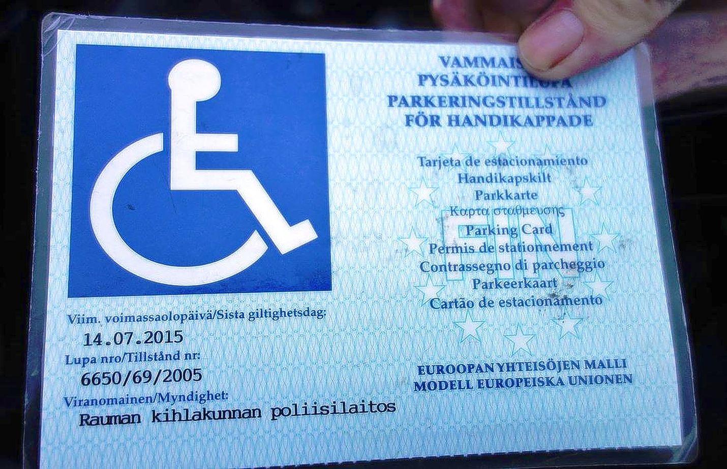 Vammaisen pysäköintilupa asetetaan auton tuulilasin taakse alas niin, että se on helposti nähtävissä. Syytä on myös muistaa, että myönnetty lupa on vielä voimassa.