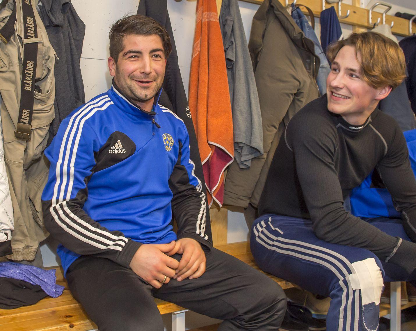 Mustafa Musov on löytänyt Pallo-Iirojen pukukopista oman paikkansa. Bulgarialainen istuu maalivahti Iiro Kosken vieressä.