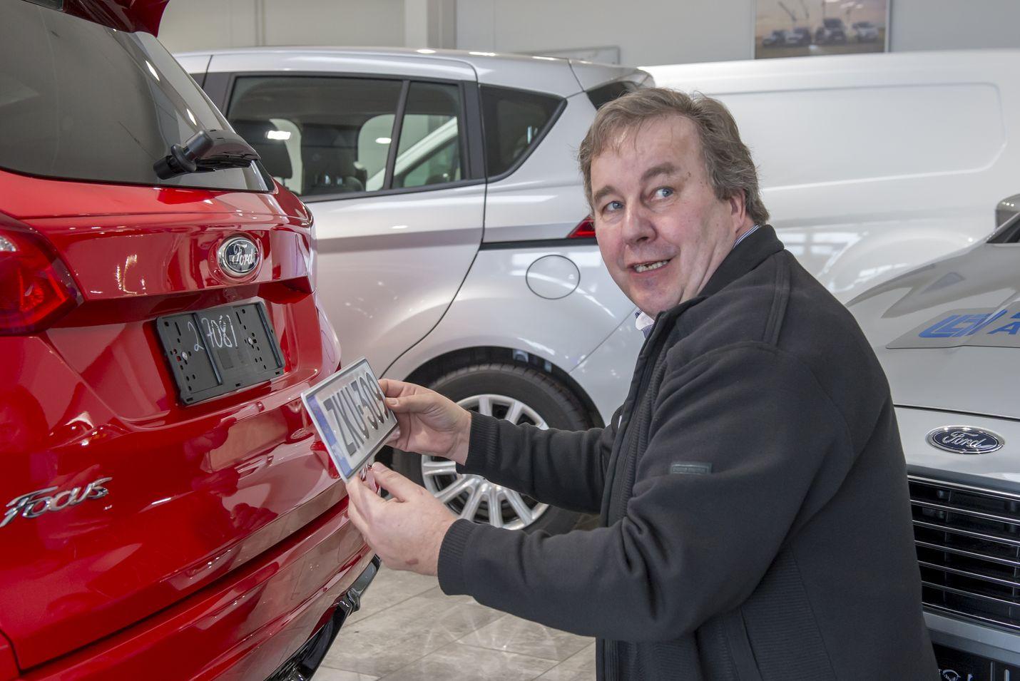 Levorannan Autoliikkeen vaihtoautovastaava Jorma Toivonen asensi keskiviikkona rekisterikilpeä uuteen Ford Focukseen. Uusia autoja on Levorannalta myyty alkuvuodesta lähes tuplasti enemmän kuin vuosi sitten.
