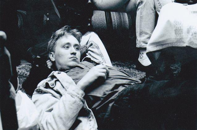 Sakari Pesola pohtii opintojaan keikkakiertueella vuonna 1994. Kuva: Jari Eklund.