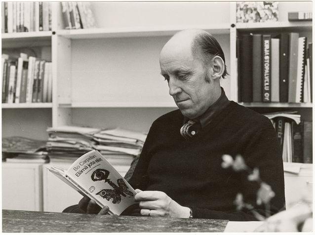 Bo Carpelan työpöytänsä ääressä. Kuva: Suomalaisen Kirjallisuuden Seura