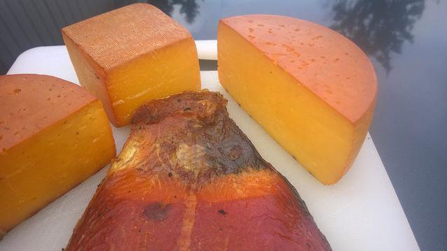 Lohi ja juustot kylmäsavustuksen jälkeen.
