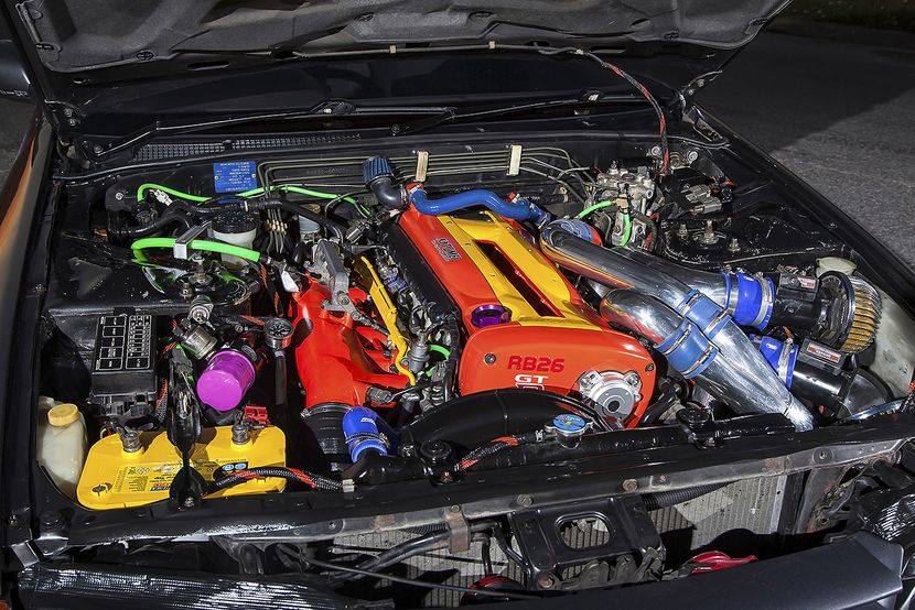 The lively colours of the engine bay were sort of an accident, but nevertheless it looks fun and clean. The car's owner, Ari, used only quality bits when assembling the engine. Forged pistons, ported head, Garrett GT2860R turbos, Full HKS 3,5 inch exhaust...the list goes on. But the main part of this RB-finess is the Tomei oil pump with upgraded circulation and modified oil pan. The RB26's legendary oil starvation issue should be in check.​