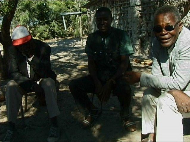 Axel Fleischs vän Costa Kambinda (till höger) tillsammans med sina grannar i Rundu, Namibia. Bild: Axel Fleisch.
