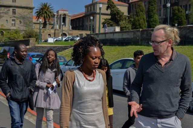 Axel Fleisch (till höger) vid University of Cape Town i september 2014. Med på promenaden är Winfred Mkochi (till vänster), Atikonda Mtenje-Mkochi, Nancy Kula, Sheena Shah ja Kavish Shah. Bild: Matthias Brenzinger.