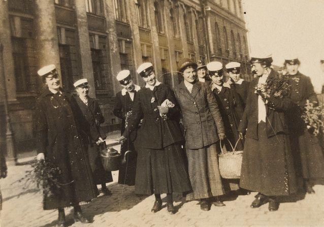 Naisylioppilaita. Hilma Granqvist takana vasemmalla. Kuva: Museovirasto.