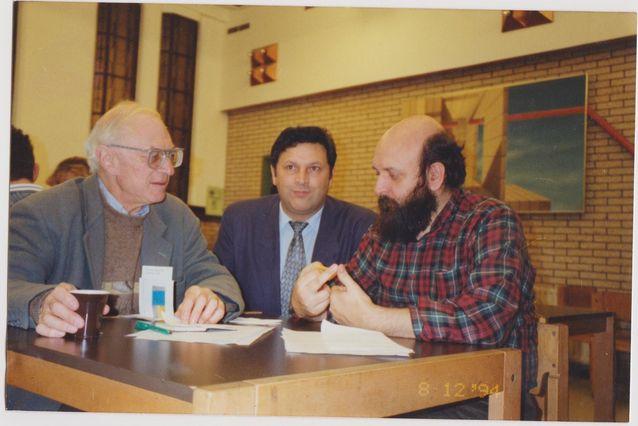 Romanitutkijoita Englannista prof. Donald Kenrich ja Romaniasta Marcel Corthiado, keskellä Henry Hedman.