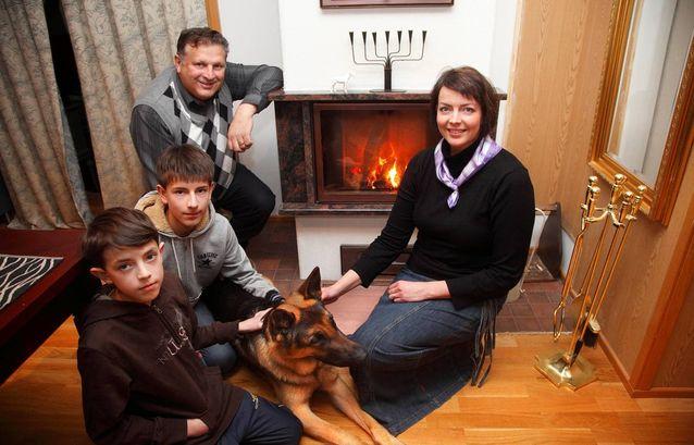  Kuvassa Henry Hedman (takan ääressä) perheineen: Sanna, Mikael, alhaalla Nikolas ja koira Onni. Kuva: Seppo Haavisto