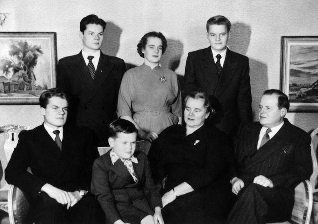 Kustaa Vilkuna with his family. Photo: Helsingin kaupunginmuseo.