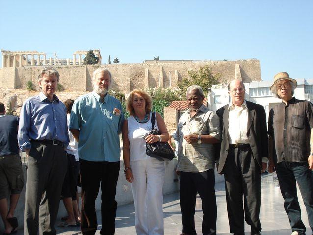 Filosofian maailmankongressin ohjelmatoimikunnan kokous Ateenassa 2008 taustana Akropolis. Ilkka Niiniluodon yksityisarkisto.
