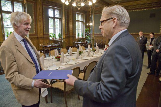 Markku Kuisma sai vuonna 2011 Urho Kekkosen 70-vuotisjuhlasäätiön tunnustuspalkinnon teoksestaan Sodasta syntynyt (2010). Erkki Tuomioja onnitteli.