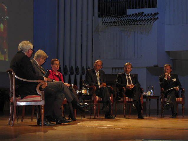 Talous ja yhteiskunta ovat erottamattomat. Markku Kuisma osallistui valtiovarainministeriön 200-vuotisjuhlan paneelikeskusteluun Finlandia-talolla 2009.